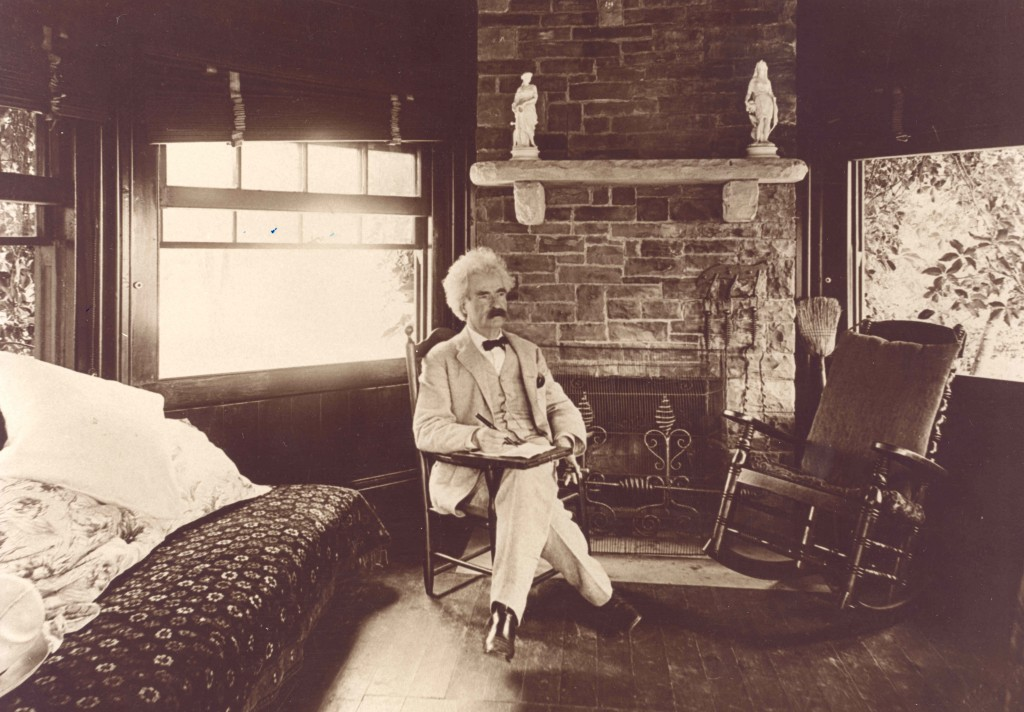 Mark_Twain_seated