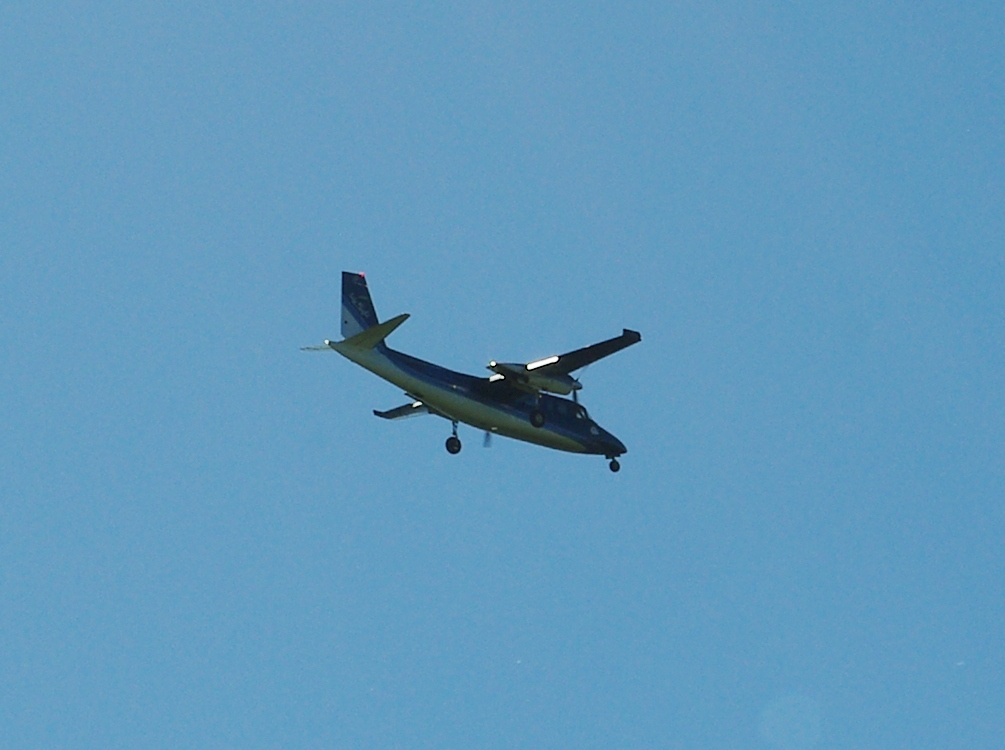 Twin_turbo_prop_airplane_over_Hillsboro_-_Oregon
