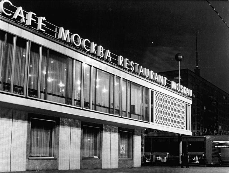 Berlin, Karl-Marx-Allee, Restaurant, Nacht