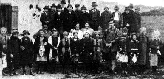 Ludwig_Wittgenstein_and_pupils_in_Puchberg