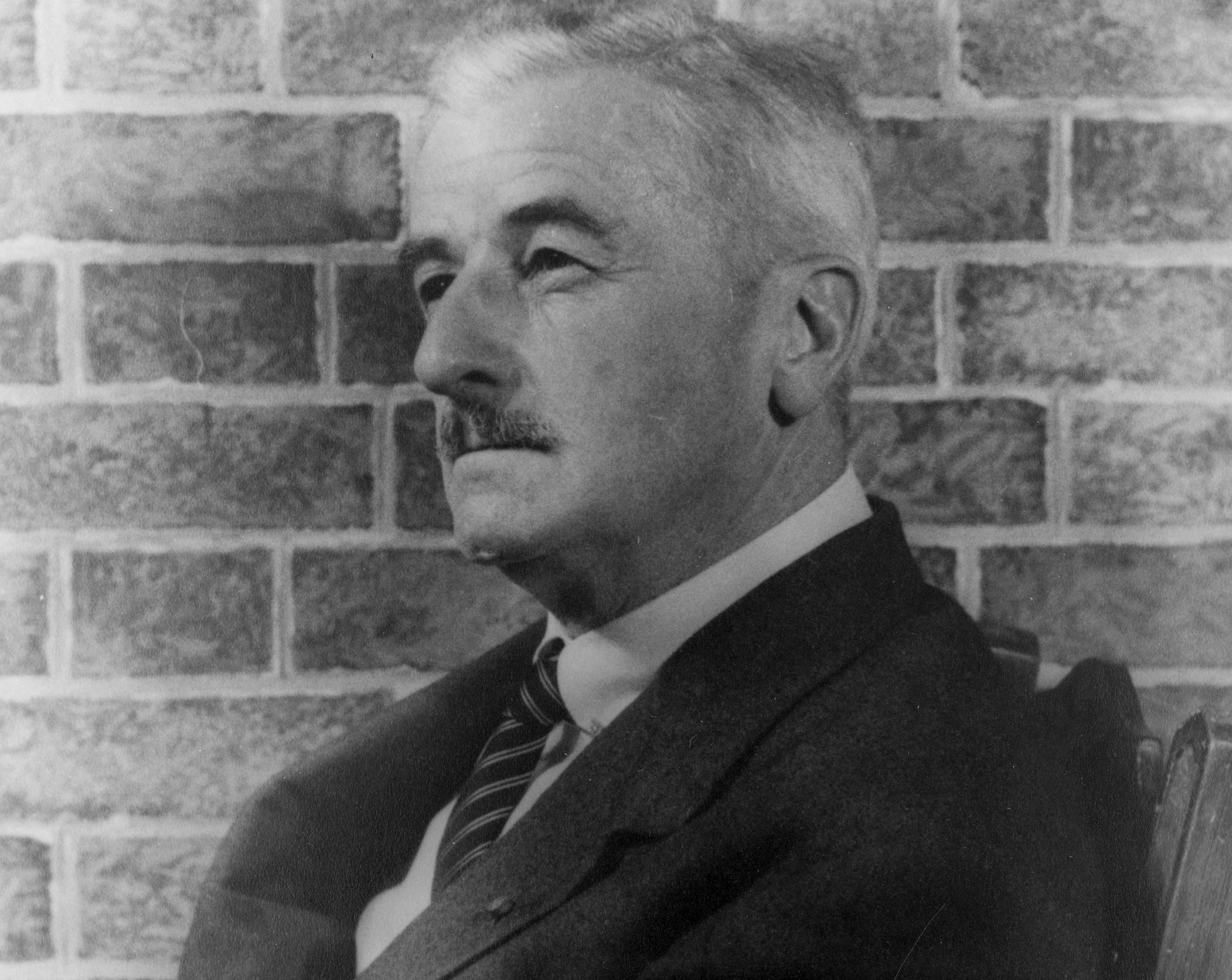 William_Faulkner_1954_(2)_(photo_by_Carl_van_Vechten)