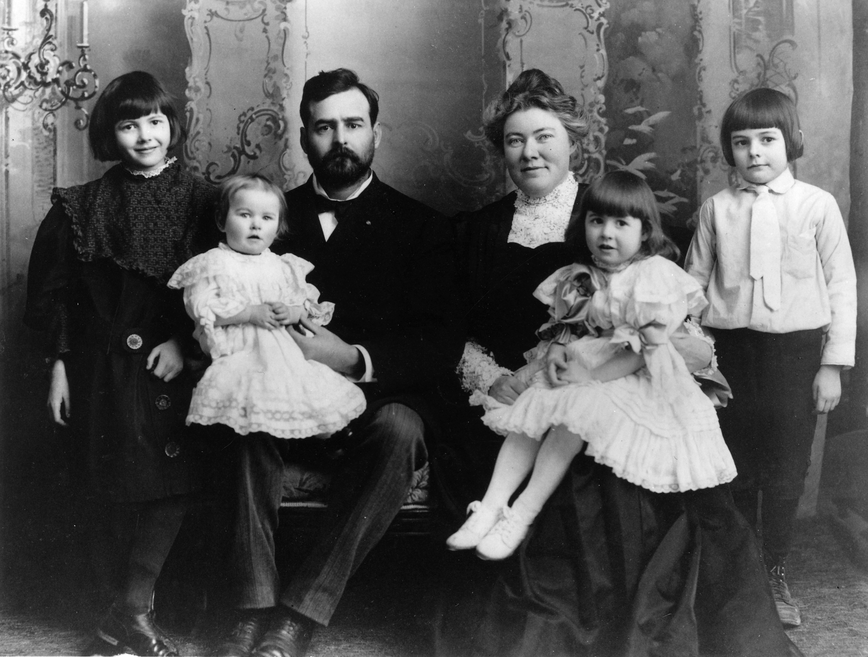https://www.theparisreview.org/blog/wp-content/uploads/2015/04/ernest_hemingway_with_family_1905.png