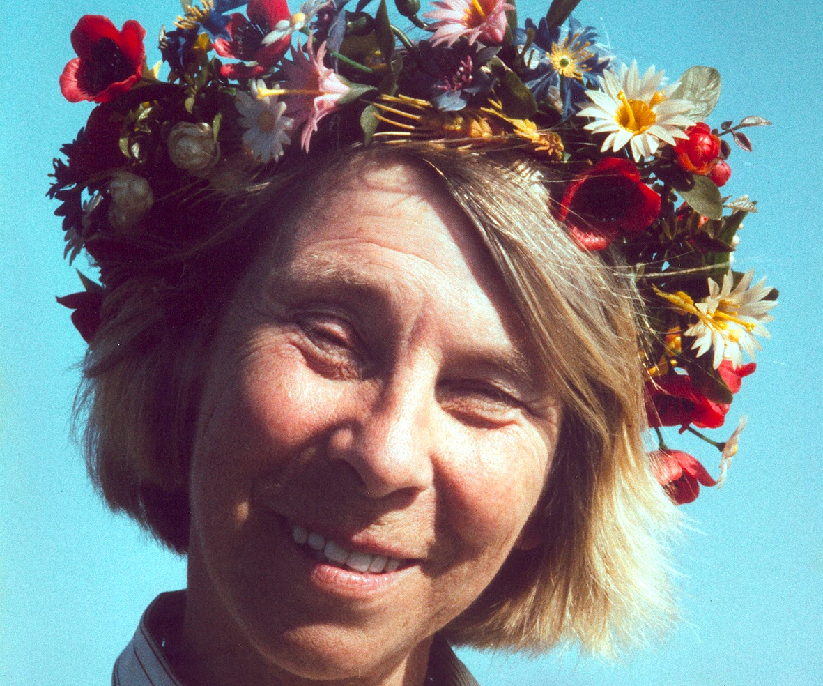 Tove_Jansson_with_flower_crown_001