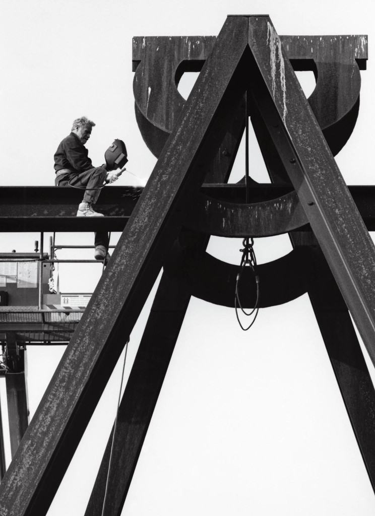 Mark di Suvero finishing Pyramidian, 1987/1998 at Storm King Art Center, Mountainville, NY, 1998. Photo: Jerry Thompson