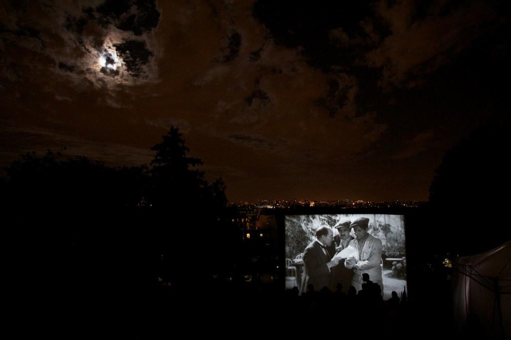 1280px-Outdoor_cinema_2,_Montmartre,_Paris_August_2012